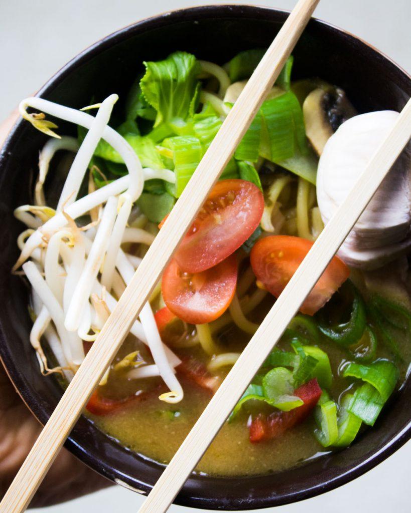 Ramen Noodles mit Stäbchen