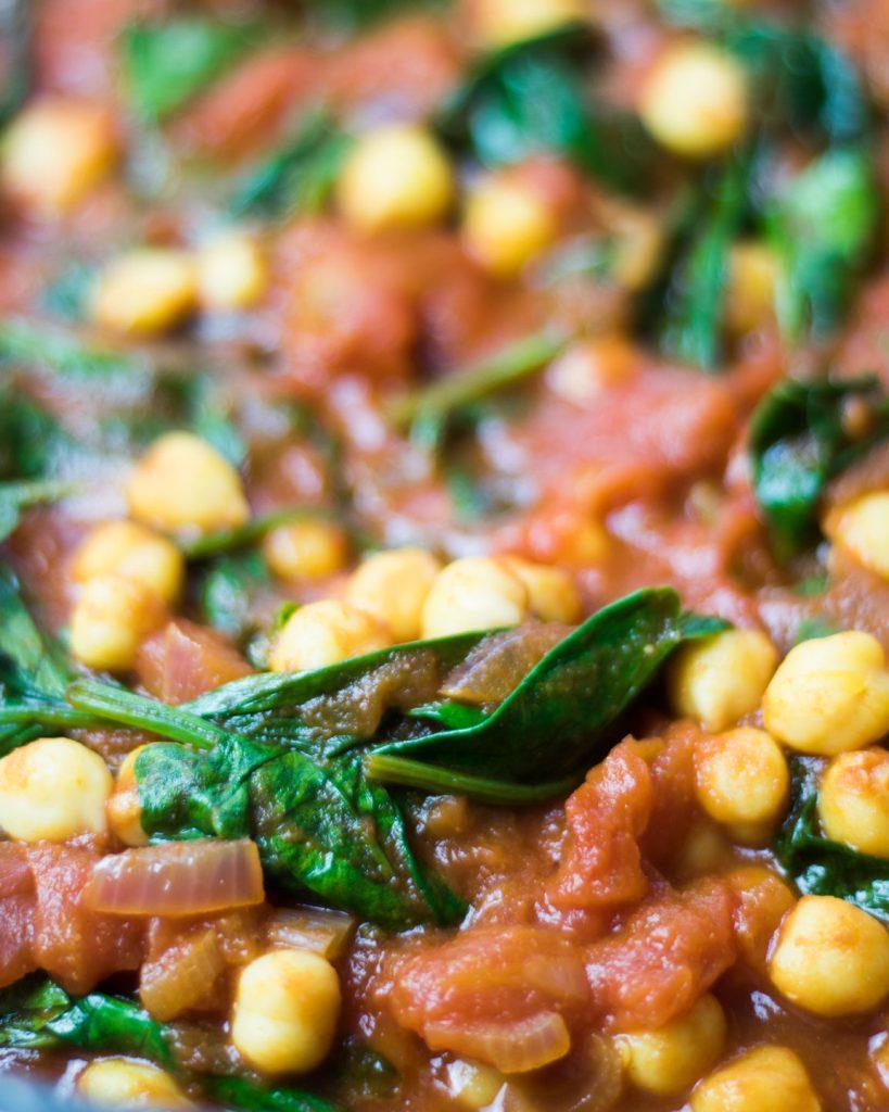 Kichererbsen mit Spinat in Tomatensoße