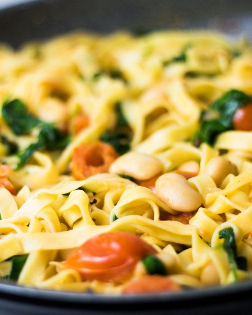 Tagliatelle mit weißen Bohnen und Spinat